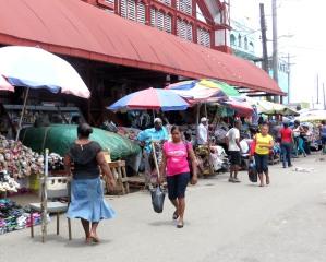 Étals de fruits et de légumes aux marchés Stabroek et Bourda