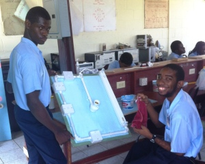 Travis et Clive en train de travailler sur leur circuit électrique avant le salon de l'éducation