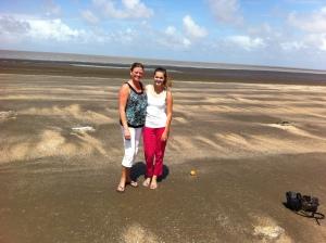Vue sur l'Océan Atlantique (avec ma mère). L'eau est brune en raison des sédiments transportés par les rivières